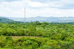 Antenne de communication dans la forêt d'Amazone image stock