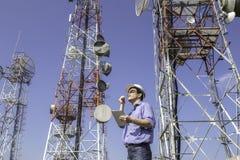 Antenne de contrôle de communications d'ingénieur images libres de droits