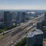 Antenne de district des affaires d'Amsterdam Zuidas, montrant les immeubles et la connexion de bureaux viables modernes à l'aérop photographie stock libre de droits