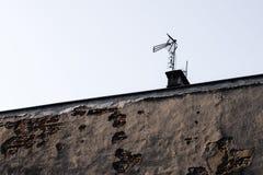 Antenne de Dvbt sur le toit du bâtiment Images stock