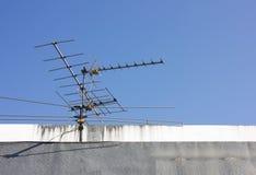 Antenne de fréquence ultra-haute sur l'appartement de bâtiment Image stock