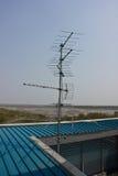 Antenne de fréquence ultra-haute sur l'appartement de bâtiment Photo libre de droits