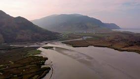 Antenne de l'aeria autour d'Ardara dans le comté le Donegal - Irlande banque de vidéos