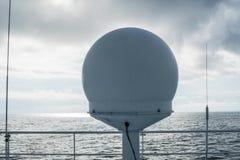 Antenne de la communication par satellites VSAT sur la plate-forme supérieure de singe images libres de droits