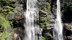 Antenne de la Croatie de lacs Plitvice de cascade banque de vidéos