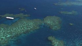 Antenne de la Grande barrière de corail d'Australien avec des pontons pour naviguer au schnorchel banque de vidéos