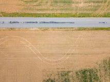 Antenne de la petite ville entourée par des terres cultivables dans Shrewsbury, P photos stock