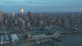 Antenne de Midtown Manhattan de lever de soleil de début de la matinée banque de vidéos
