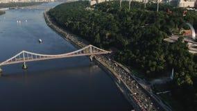 Antenne de pont de ville de Kiev avec la circulation urbaine au coucher du soleil Laps de temps du trafic banque de vidéos
