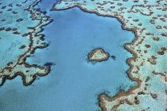 Antenne de récif de coeur entourée par l'océan de turquoise image stock