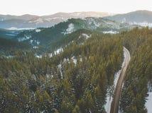 Antenne de route de montagne d'hiver Photo stock