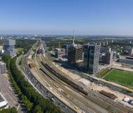 Antenne de route et de connexion ferroviaire d'infrastructure entre le district des affaires Zuidas et l'arène d'Amsterdam Bijlme image libre de droits