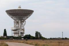 Antenne de satellite blanche énorme Photographie stock