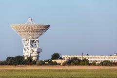 Antenne de satellite blanche énorme Images stock