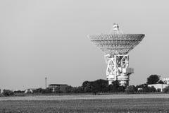 Antenne de satellite blanche énorme Image libre de droits