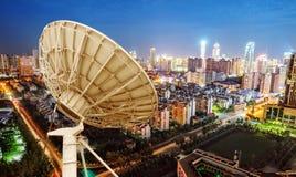 Antenne de satellite et paysage urbain images libres de droits