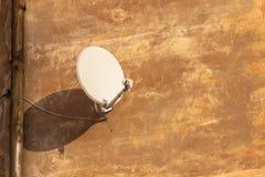 Antenne de satellite pour recevoir le signal numérique de TV sur le mur plâtré photos stock