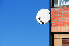 Antenne de satellite sur la façade de maison Photographie stock