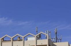 Antenne de télécom dans un bâtiment Images stock