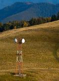 Antenne de télécommunication (GM/M) sur le pré de montagne photos stock