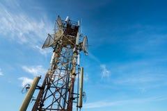 Antenne de télécommunication pour la radio, la télévision et le téléphone avec le ciel bleu image stock