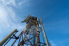 Antenne de télécommunication pour la radio, la télévision et le téléphone avec le ciel bleu photo libre de droits