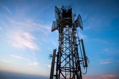 Antenne de télécommunication pour la radio, la télévision et le téléphone avec le ciel bleu photographie stock libre de droits