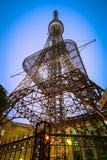 Antenne de télécommunication pour la radio, la télévision et la téléphonie au crépuscule photo libre de droits