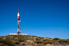 Antenne de télécommunication sur la côte Photographie stock libre de droits