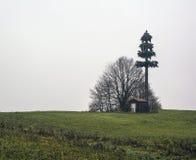 Antenne de télécommunication sur une colline Photos stock