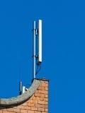 Antenne de téléphone portable, émetteur Antenne mobile par radio de télécom contre le ciel bleu Photo libre de droits
