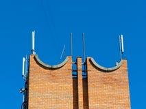 Antenne de téléphone portable, émetteur Antenne mobile par radio de télécom contre le ciel bleu Photographie stock