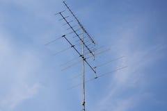Antenne de télévision avec le ciel bleu Image libre de droits