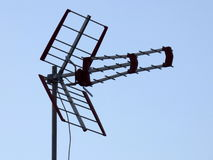 Antenne de télévision contre un ciel bleu Photos libres de droits