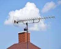 Antenne de télévision sur le toit image stock