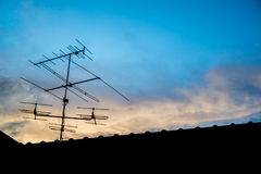 Antenne de télévision sur le toit avec le ciel bleu image stock