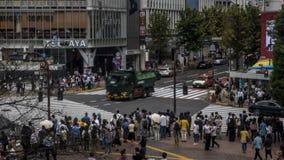 Antenne de Timelapse du passage pour piétons de foule dans l'intersection Tokyo de Shibuya banque de vidéos