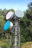 Antenne de tour de transmission dans la forêt extérieure Photographie stock libre de droits