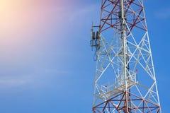 Antenne de tour de télécommunication au ciel bleu Photo stock
