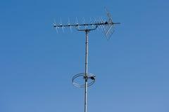 Antenne de TV avec le fond de ciel bleu photos libres de droits