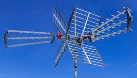 Antenne de TV contre le ciel bleu photographie stock