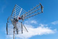 Antenne de TV contre le ciel bleu images libres de droits