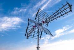 Antenne de TV contre le ciel bleu image stock