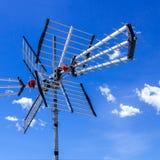 Antenne de TV contre le ciel lumineux photos stock