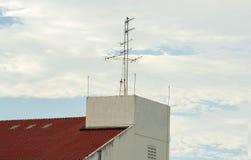 Antenne de TV sur le bâtiment Photographie stock libre de droits