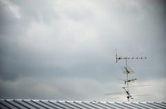 Antenne de TV sur le toit image libre de droits