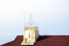 Antenne de TV sur le toit rouge photo libre de droits