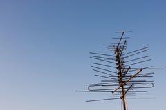 Antenne de TV sur un dessus de toit Photographie stock