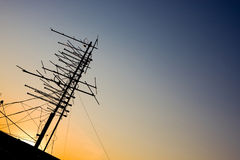 Antenne de TV sur un dessus de toit Image libre de droits