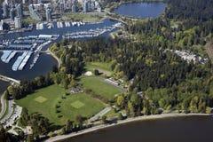 Antenne de Vancouver - stationnement de Stanley et port de charbon photos libres de droits